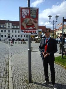 Das Posparschwein-Motiv illustriert durch die Merkelraute. Der neue Kreisvorsitzende von Lausitz-Seenland, Tobias Jainz, vor seiner Wahl