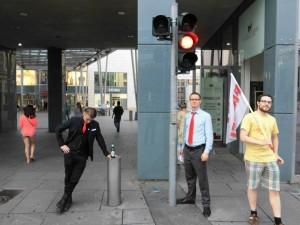 Die ewig rote Ampel am Eingang der Altmarktgalerie soll wohl den Bürger vom Konsum abhalten. Könnte von uns sein