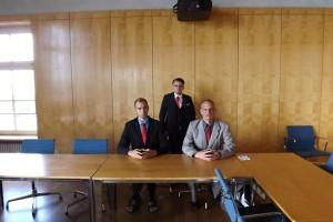Drei PARTEI-Politiker im Konferenzraum - nach bayrischem Vorbild demnächst eine anständige Zirbelstube