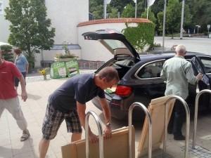 Wer verstaut die Wahlstandausrüstung im fetten BMW - Genau, die Grünen
