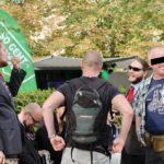Von hinten und geschwärzt: Rico und Jens die liebevollen Polizeibeamten des Operativen Abwehrzentrums bei der Verhinderung extremistischer Straftaten